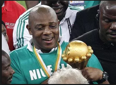 Stephen Keshi with 2013 nations cup trophy